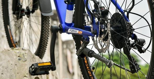 Trước và sau xe đạp được trang bị phanh đĩa, giúp an toàn trong mọi địa hìnha